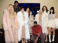 Loira platinada, Kim Kardashian vai a desfile do marido acompanhada da família