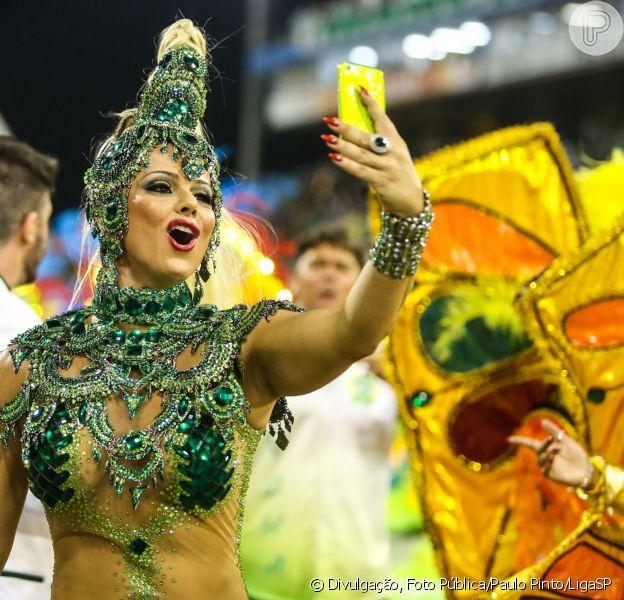 Viviane Araújo prejudicou a Mancha Verde por fazer selfie durante o desfile da escola no Carnaval de São Paulo na madrugada de 8 de fevereiro de 2016