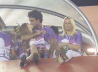Marina Ruy Barbosa e seu namorado, Xandinho Negrão, trocam beijos na Sapucaí