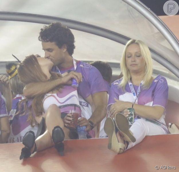 Marina Ruy Barbosa e seu namorado, Xandinho Negrão, trocam beijos na Sapucaí neste domingo, 14 de fevereiro de 2016