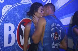 Thaila Ayala troca beijos com o namorado, Adam Senn, na Sapucaí. Fotos!