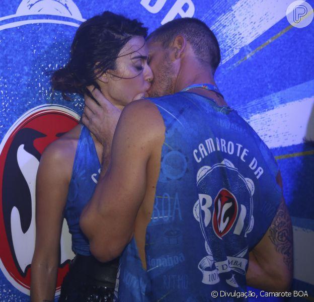 Thaila Ayala e o namorado, Adam Senn, beijam muito em camarote da Sapucaí neste domingo, 14 de dezembro de 2016