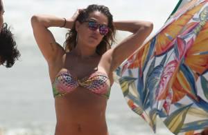 Deborah Secco desfila boa forma ao usar biquíni em praia ao lado do marido