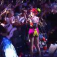 Enquanto cantava 'Domino', ela ficou bem próxima à grade que separa a plateia do palco