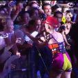 O carinho da cantora britânica no fã levou o público à loucura