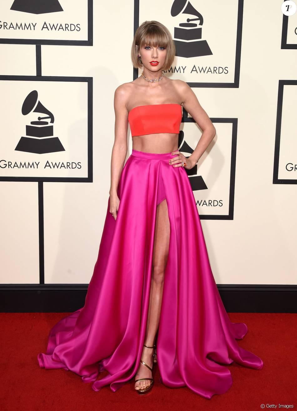 3ba03ffd1 Taylor Swift chegou ao Grammy Awards usando vestido Atelier Versace e  sandálias Stuart Weitzman