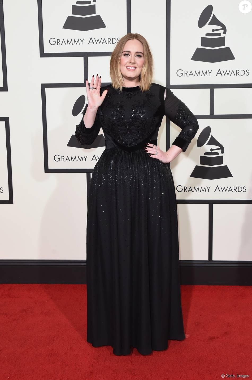 Adele apostou em vestido Givenchy preto com brilhos e joias Lorraine Schwartz para ir ao Grammy Awards, nesta segunda-feira, 15 de fevereiro de 2016