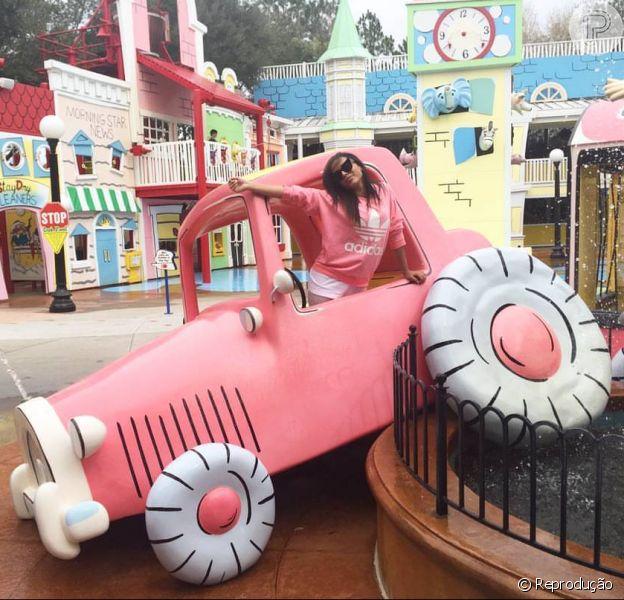 Anitta levou a família para se divertir em Orlando e viagem saiu de graça, segundo jornal 'Extra'. Informação foi divulgada nesta terça-feira, 16 de fevereiro de 2016