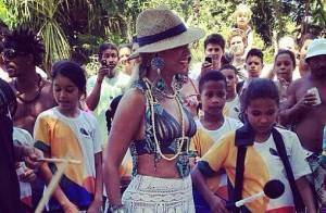 Descalça, Beyoncé joga futebol com crianças na Bahia: 'Todo mundo ficou bobo'