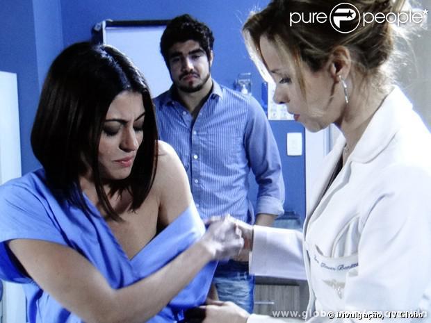 Michel (Caio Castro) fica ao lado de Silvia (Carol Castro) durante mastectomia e a reconstituição da mama, em 'Amor à Vida', em 26 de setembro de 2013