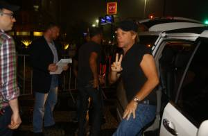 Rock in Rio: Jon Bon Jovi chega à cidade para show no festival e acena para fãs