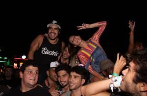 Rock in Rio: Caio Castro assiste show no meio da multidão e é cercado por fãs