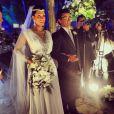 Mulher Moranguinho usa vestido decotado no casamento com Naldo, confeccionado pelo estilista Geraldo Couto