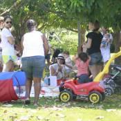 Juliana Knust faz piquenique com o filho, Mateus, em parque do Rio