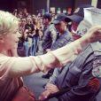 Leandra Leal prestou apoio aos professores que protestam na Cinelandia, praça que fica em frente ao Cine Odeon, local onde aconteceriam as duas premières do Festival do Rio 2013 esta noite