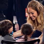 Jennifer Lopez chora e ganha carinho dos filhos gêmeos no fim do 'American Idol'