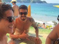 Romulo Neto comemora 29 anos ao lado de amigos em praia de Búzios, no Rio
