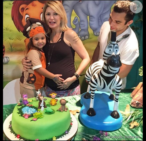 Antonia Fontenelle comemora o aniversário da enteada, Maithe, ao lado de Jonathan Costa, em 10 de abril de 2016