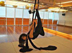 Maria Carol, a Olga da novela 'Êta Mundo Bom!', mostra aula de tecido acrobático
