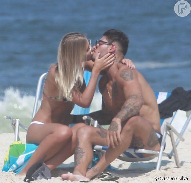 Lucas Lucco trocou beijos com a modelo Paula Monnerat na praia da Barra da Tijuca, Zona Oeste do Rio de Janeiro, na tarde desta segunda-feira, 11 de abril de 2016