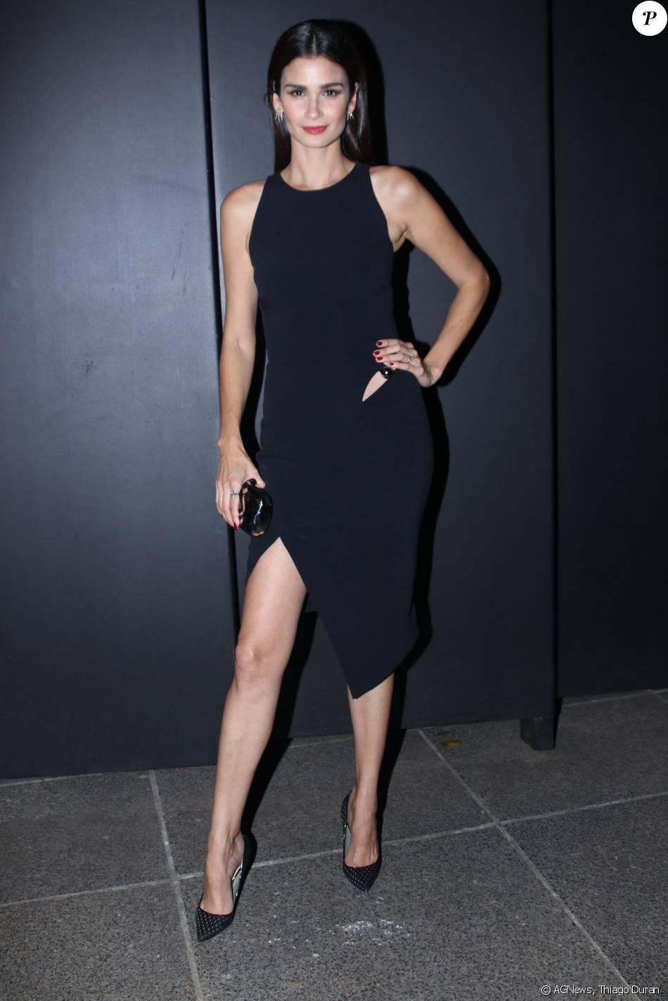 4c355813e1 Caroline Ribeiro usa vestido preto assimétrico Mugler para evento em São  Paulo