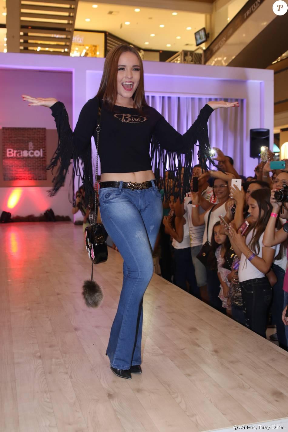 be5fe432d88fc Larissa Manoela combinou a calça jeans com uma blusa com franjas ...