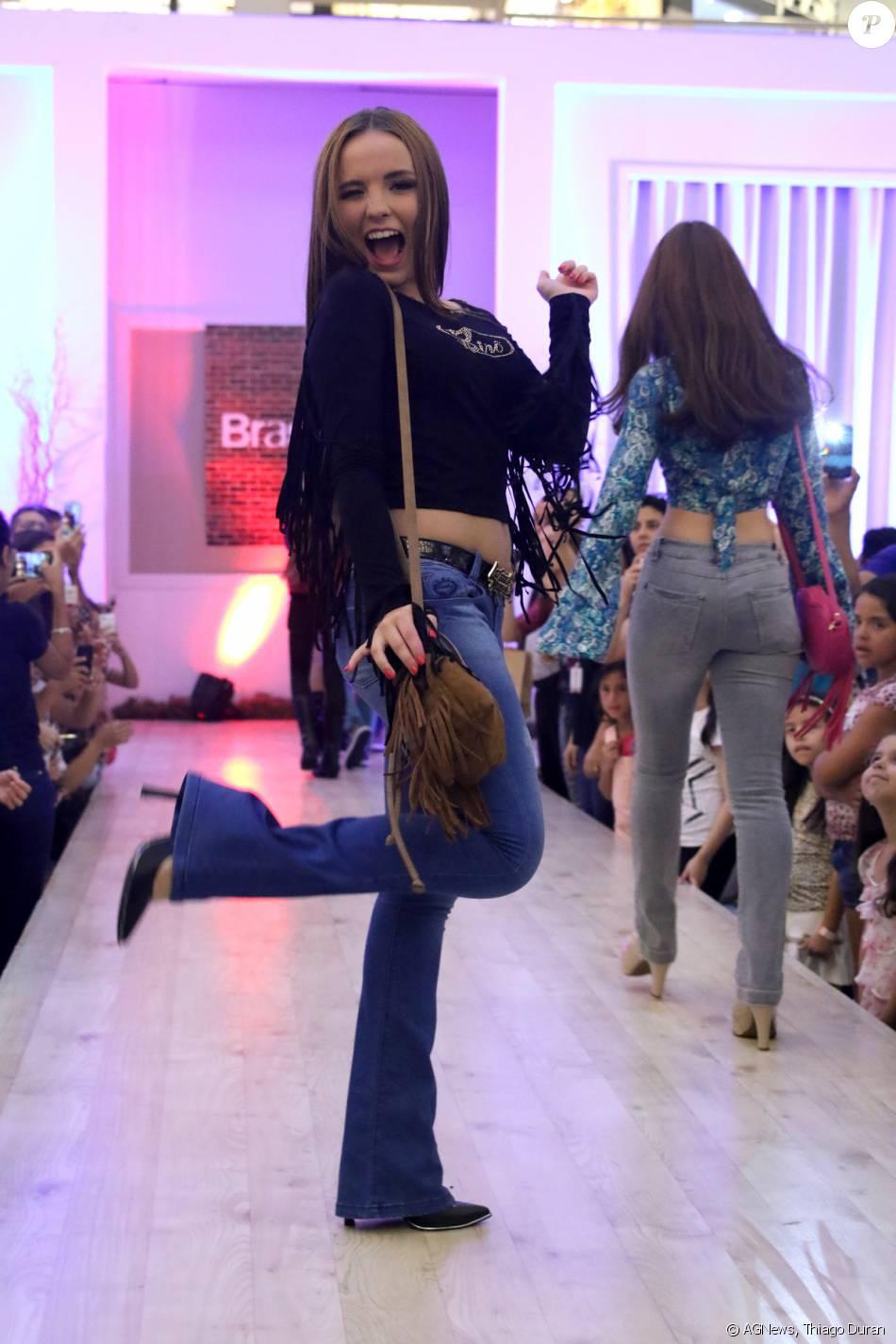 Larissa Manoela se divertiu durante lançamento de sua linha de bolsas d99a970c69