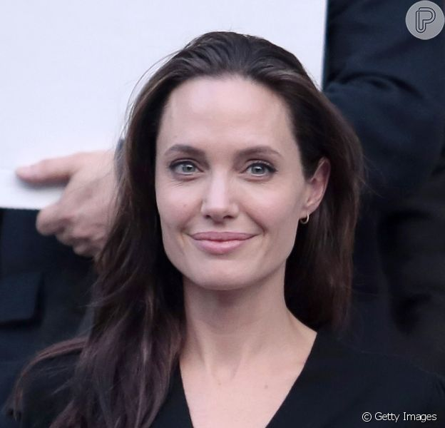 Angelina Jolie foi clicada com os filhos durante passeio em Londres, desmentindo boatos de uma suposta internação por anorexia