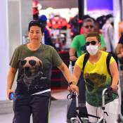 Claudia Rodrigues embarca de máscara e exibe cabelo maior após transplante