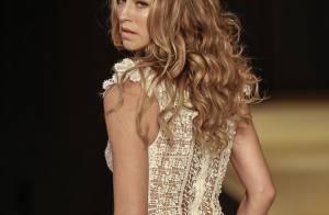 Luana Piovani desfila vestida de noiva sensual e é prestigiada por Deborah Secco