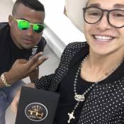 MC Gui compra cordão de terço por R$ 35 mil: 'Ouro com diamantes'. Vídeo!