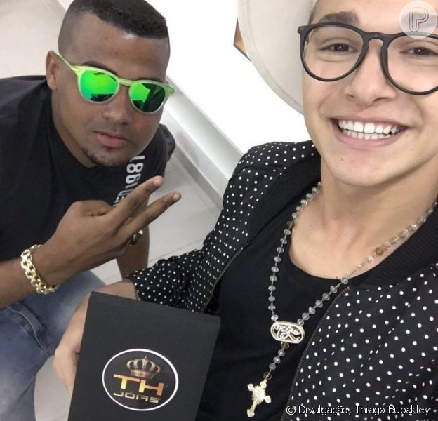 MC Gui comprou um cordão de R$ 35 mil em formato de terço: 'Ouro e diamantes', explica o designer da joia em entrevista nesta terça-feira, dia 19 de abril de 2016