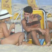 Viviane Araújo vai à praia de fio-dental com Radamés e fã pede: 'Falta um bebê'