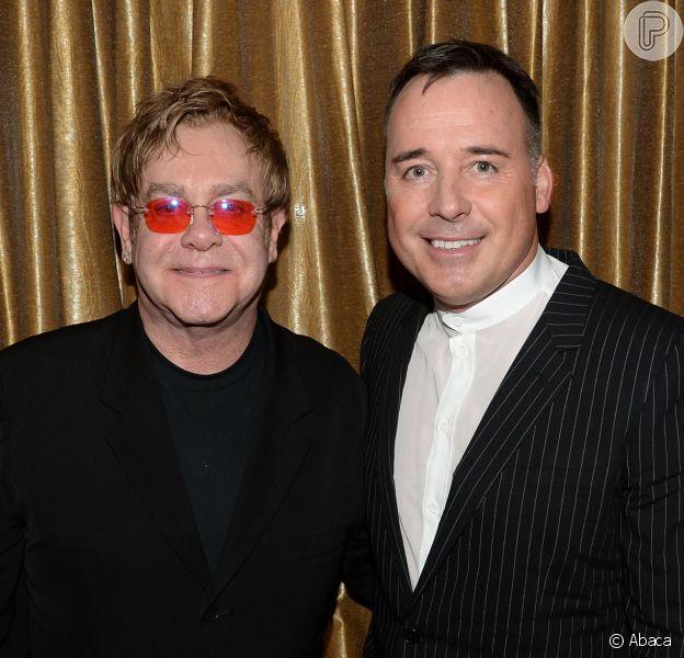 Após a Inglaterra aprovar a lei do casamento gay, Elton John anunciou que vai se casar em maio do ano que vem com o diretor de cinema, David Furnish, com quem vive há 20 anos