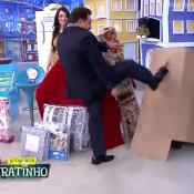 Ratinho é criticado por chutar caixa com assistente e ela explica: 'Brincadeira'