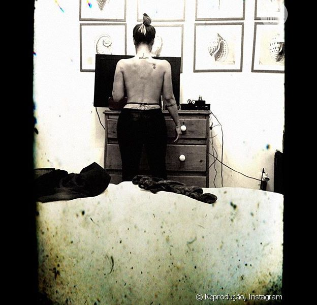 Cleo Pires causa euforia nos fãs ao postar foto sem blusa no Instagram, em 23 de abril de 2016