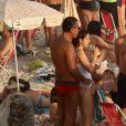 Drica e o namorado, Fernando, em uma praia do Rio no primeiro fim de semana de verão