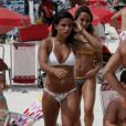 A ginasta Jade Barbosa exibe abdômen sarado em dia de praia com amigos
