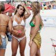 A ginasta Jade Barbosa e as gêmeas Bia e Branca Feres em dia de praia com amigos