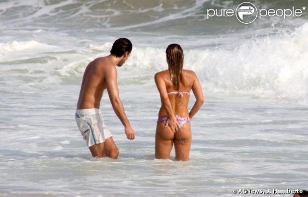 Priscila Fantin e o marido, Renan Abreu, mergulham no Leblon