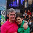 Bárbara Paz e Serginho Groisman posam nos bastidores do programa 'Altas Horas'