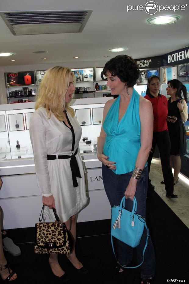 Larissa Maciel exibe barriguinha de cinco meses de gravidez para amiga,  atriz Leticia Spiller, f25052d7eb