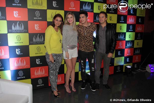 Luan Santana lança DVD 'O nosso tempo é hoje' com a presença dos pais, Marizete e Amarildo, e da irmã, Bruna Santana, em 17 de outubro de 2013