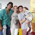 Letícia Spiller posou com Diogo Novaes, o filho mais velho de Marcello Novaes, seu ex-marido, e com os filhos Pedro e Stella. O menino é fruto do seu relacionamento com Marcello