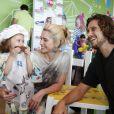 Letícia Spiller e o namorado, Lucas Loureiro, se divertiram com Stella, a filha do casal