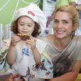 Letícia Spiller posou coma filha caçula, Stella, em um evento promovido por uma marca de bolos em um shopping do Rio
