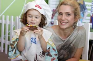 Letícia Spiller confeita bolo com a filha, Stella, em evento infantil no Rio