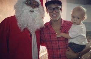 Neymar e o filho, Davi Lucca, comemoram Natal com visita do Papai Noel