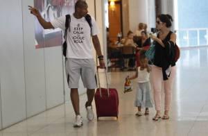 Grávida, Samara Felippo viaja com a filha, Alícia, e o marido, Leandrinho