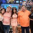 Vanessa Giácomo, Serginho Groisman, Anitta, Leandro Hassum e Paula Fernandes posam juntos para foto no programa 'Altas Horas'